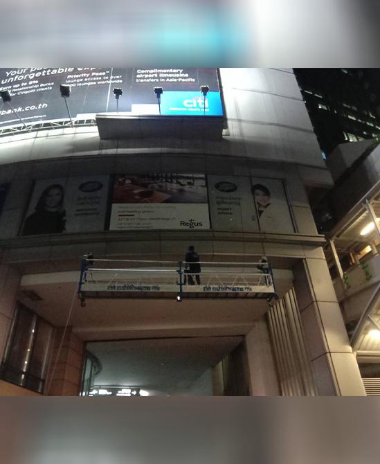 งานติดป้ายโฆษณาภายนอกอาคารสูง